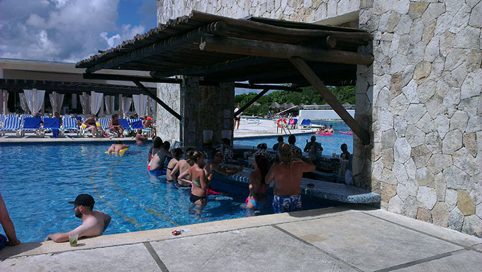 grand-sirenis-riviera-maya-pool-bar