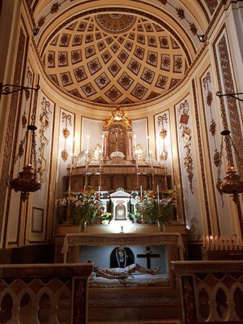 Олтарът на черквата Maria Santissima del Rosario