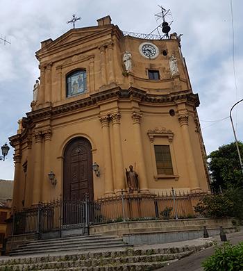 Черквата Maria Santissima del Rosario отпред