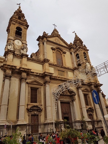Археологическият музей (Museo Archeologico Salinas) и долепената за него черква