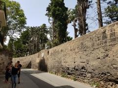 Тази ограда прегражда двора към църквата на ордена на капуцините