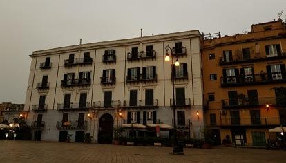Piazza Marina е леко встрани от ул. Виктор Емануил и има доста аристократичен дух