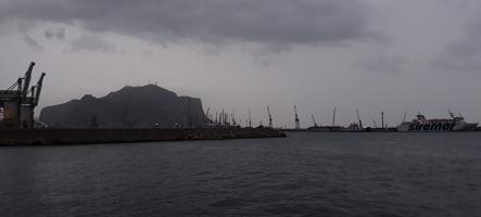 Изглед към пристанището на Палермо при дъжд