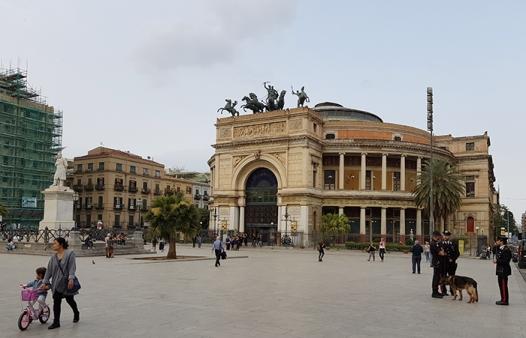 Teatro Politeama на Piazza Ruggero Settimo