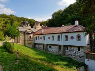 Дивотинският манастир, погледнат откъм пътя