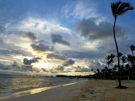 Плажът на нашия хотел при изгрев слънце