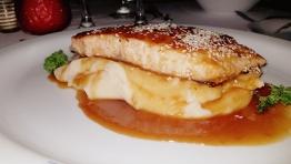 Филе от сьомга с вино и портокалов сос, сервирана върху канапе от картофено пюре