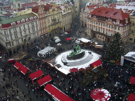 Коледният базар в Прага, сниман от върха на градската часовникова кула